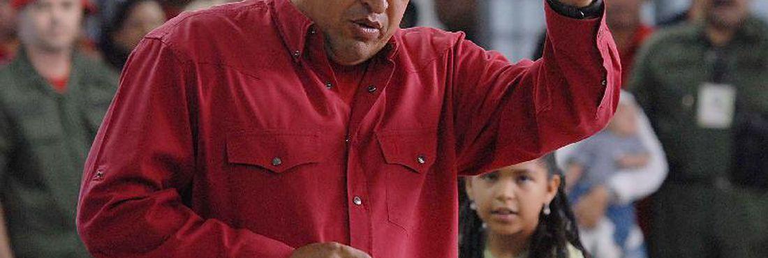 Hugo Chávez vota no Bairro 23 de Janeiro, no referendo sobre a reforma constitucional venezuelana