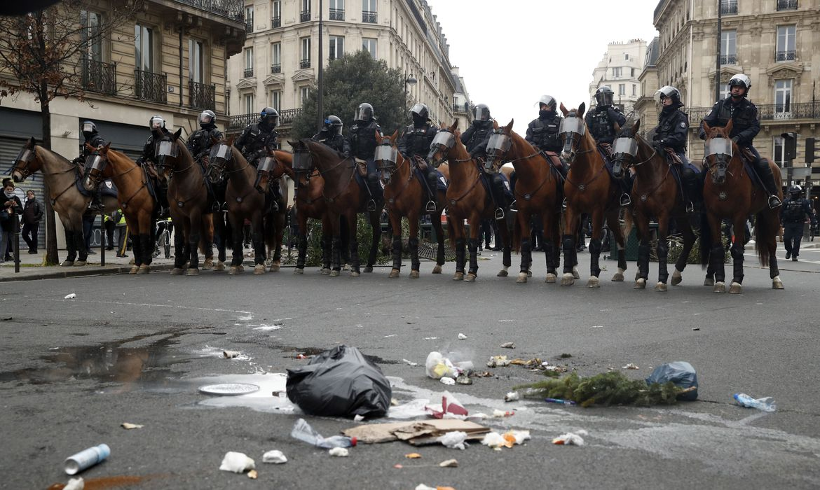 NOG03. Paris (France), 08/12/2018.- A unit of mounted police stand guard during demonstration in Paris, France, 08 December 2018. Police in Paris is preparing for another weekend of protests of the so-called 'gilets jaunes' (yellow vests)