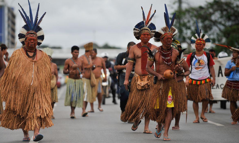 Uma delegação de indígenas da Bahia, composta por povos Pataxó, Pataxó Hahãehãe, Kaimbé, Kariri e Tupinambá, fazem protesto na Esplanada dos Ministérios (Marcello Casal Jr/Agência Brasil)