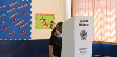 Eleitor votando, votação, urna eletrônica, voto