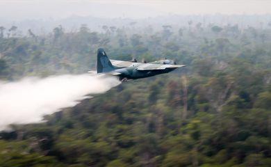 A Força Aérea Brasileira (FAB) emprega, a partir de hoje (24/08), duas aeronaves C-130 Hércules no combate aos focos de incêndio na Amazônia, partindo de Porto Velho (RO).