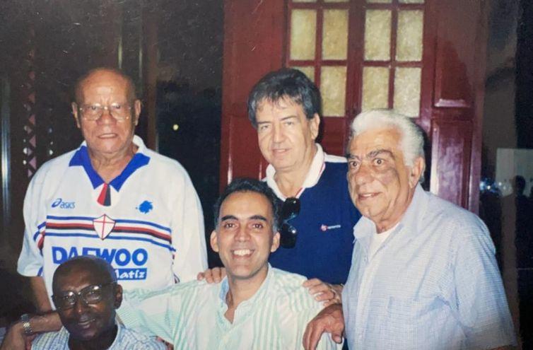 Januário de Oliveira (ao centro, de camisa azul), juntamente com a equipe de comentaristas e jornalistas esportivos da TV Brasil.