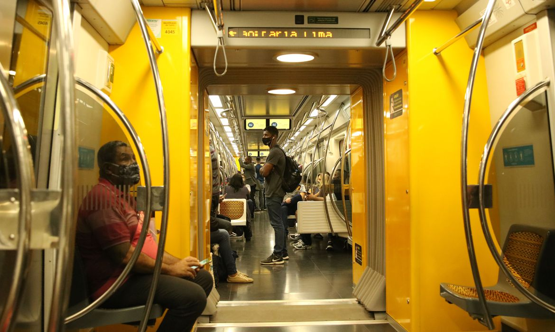 Passageiros com máscaras no vagão da linha 4 do metrô