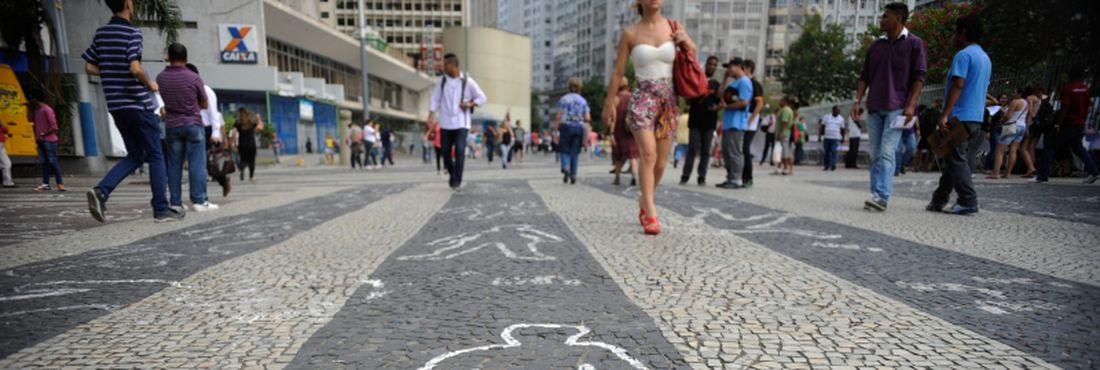 Silhuetas de corpos desenhadas no Largo da Carioca alertam para assassinatos no Rio