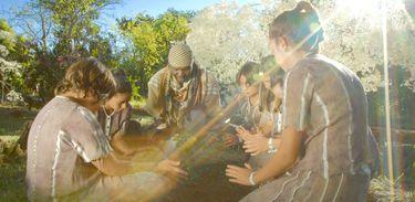 O Notável Rex Thomas e os aprendizes plantam seus desejos na Escola dos Mistérios