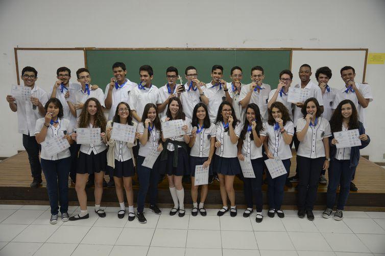 Delegação de estudantes do Colégio Pedro II mostra medalhas e certificados de participação na Asia International Mathematical Olympiad (AIMO), em Bangcoc, na Tailândia.