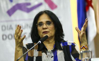 A ministra Damares Alves durante o lançamento da campanha