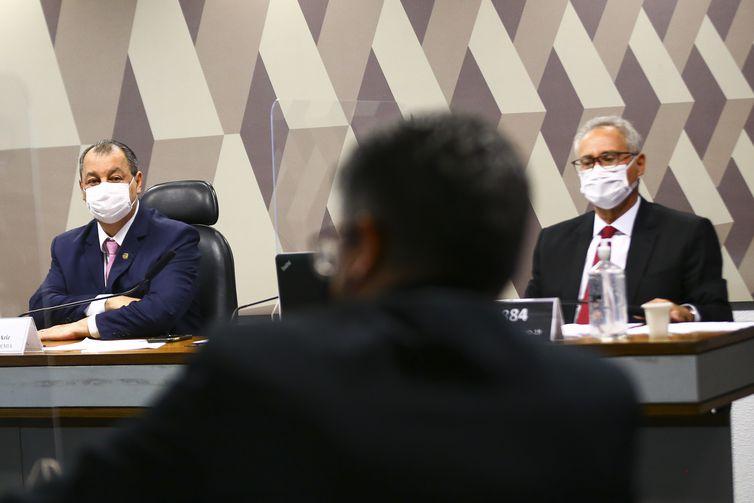 Os senadores Omar Aziz e  Renan Calheiros durante sessão para votação do relatório da CPI da Pandemia.
