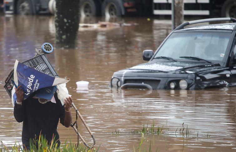 Um homem caminha por uma rua inundada após fortes chuvas em São Paulo, Brasil, 10 de fevereiro de 2020. REUTERS / Rahel Patrasso