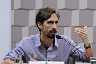 Comissão de Educação, Cultura e Esporte (CE) realiza audiência interativa debate o programa Escola sem Partido. Em pronunciamento, diretor de Relações Institucionais da União Nacional dos Estudantes (UNE), Iago Montalvão.