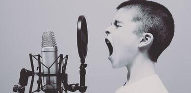 Menino ao microfone