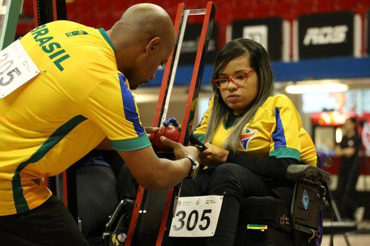 A atleta Evelyn Oliveira, da bocha paralímpica, precisa redobrar a atenção ao fazer atividades físicas durante o período de isolamento, adotado diante da pandemia de covid-19