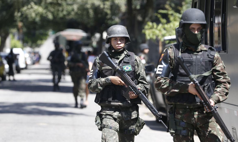 Rio de Janeiro - Operação feita pelas polícias Civil e Militar, com o apoio das Forças Armadas, da Força Nacional de Segurança e da Polícia Federal, no Morro dos Macacos, em Vila Isabel, zona norte do Rio (Foto: Tânia Rêgo/Agência Brasil)