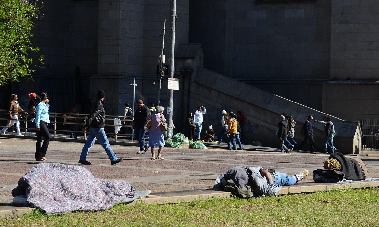 São Paulo - Pessoas em situação de rua na Praça da Sé, região central, enfrentaram temperatura de 0°C. Foi a madrugada mais fria dos últimos 12 anos (Rovena Rosa/Agência Brasil)(Rovena Rosa/Agência Brasil)