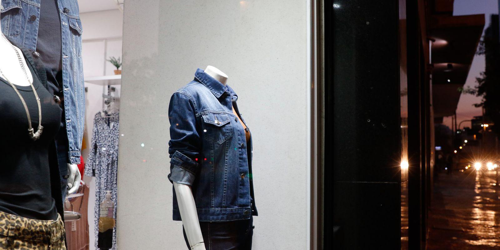 Vitrine de roupas em loja de rua, comércio no Centro do Rio