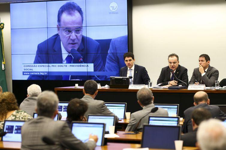 A comissão especial da Reforma da Previdência começa a discutir o parecer do relator.