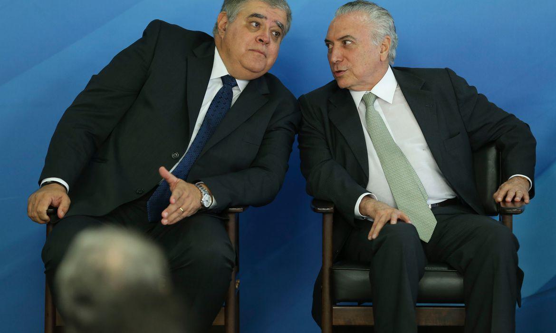 Brasília - O novo ministro da Secretaria de Governo, Carlos Marun, e o presidente Michel Temer durante cerimônia, no Palácio do Planalto (Valter Campanato/Agência Brasil)