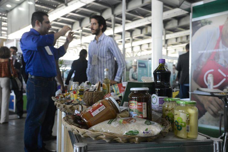 Produtores apresentam suas mercadorias durante a 8ª edição do Green Rio, um dos mais importantes eventos sobre bioeconomia no Brasil, na Marina da Glória, zona sul do Rio de Janeiro.