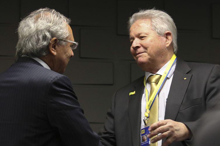 O ministro da Economia, Paulo Guedes, cumprimenta o novo presidente do Banco do Brasil, Rubem Novaes, durante cerimônia de transmissão do cargo na sede do Banco do Brasil