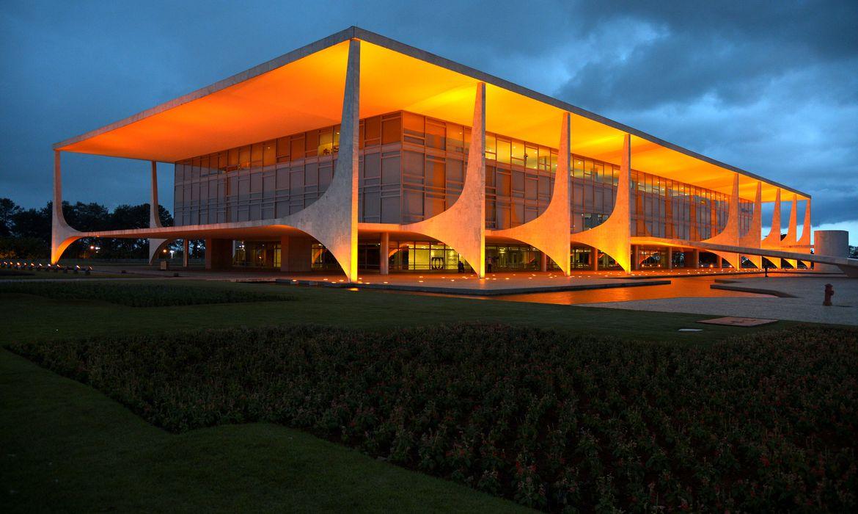 Brasília - Palácio do Planalto ganhou iluminação laranja na noite de quinta-feira (19) alusiva à campanha mundial da ONU Mulheres, pelo fim da violência contra as mulheres (Valter Campanato/Agência Brasil)