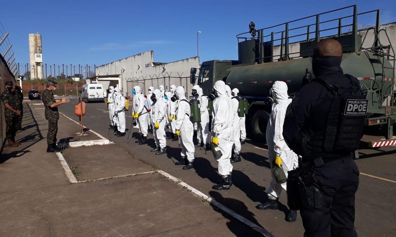 O Comando Conjunto Planalto realiza a descontaminação da Penitenciária do Distrito Federal I (PDF I)