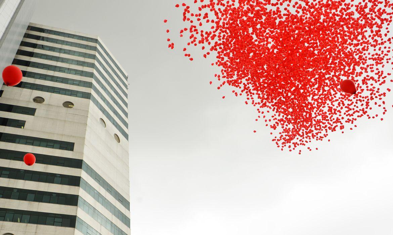São Paulo - O Instituto de Infectologia Emílio Ribas solta 10 mil balões vermelhos para comemorar o Dia Mundial de Luta contra a Aids (Rovena Rosa/Agência Brasil)