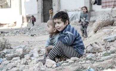Crianças sírias perto de um abrigo para pessoas deslocadas