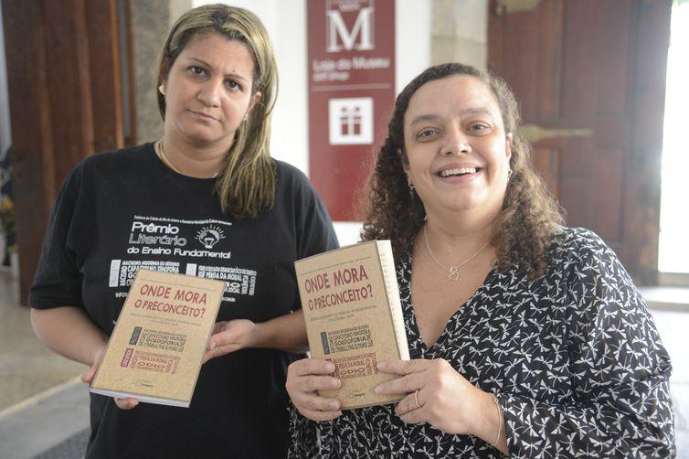 """A professora Amanda Cristina Motta (E) e a diretora Carla Maria Mendonça Lima, da Escola Municipal Republica do Peru após solenidade de premiação da edição 2019 do Prêmio Literário do Ensino Fundamental que, este ano, teve como tema """"Onde Mora"""