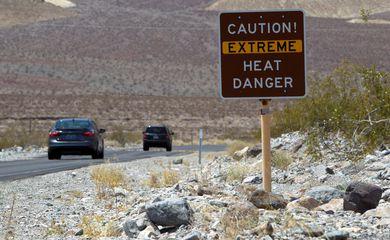 Placa alerta para calor extremo no Parque Nacional do Vale da Morte, na Califórnia