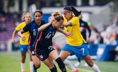 Brasil perde para Estados Unidos, mas ainda tem chances de título.