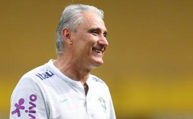 Técnico Tite durante treino da seleção brasileira