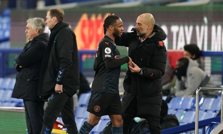 Pep Guardiola cumprimenta Raheem Sterling após substituí-lo durante partida entre Manchester City e Everton pelo Campeonato Inglês