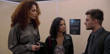 Natália e Daiana conversam com o advogado de seu pai