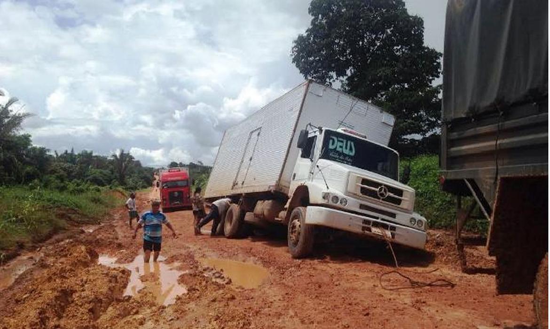 Chuva forte e tráfego intenso de caminhões levaram à formação de atoleiros na BR-163