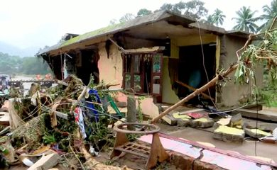 Casa danificada pelas fortes chuvas em Kottayam, na Índia