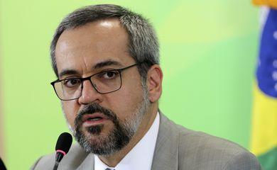 O ministro da Educação, Abraham Weintraub, fala à imprensa sobre implantação de escolas cívico-militares