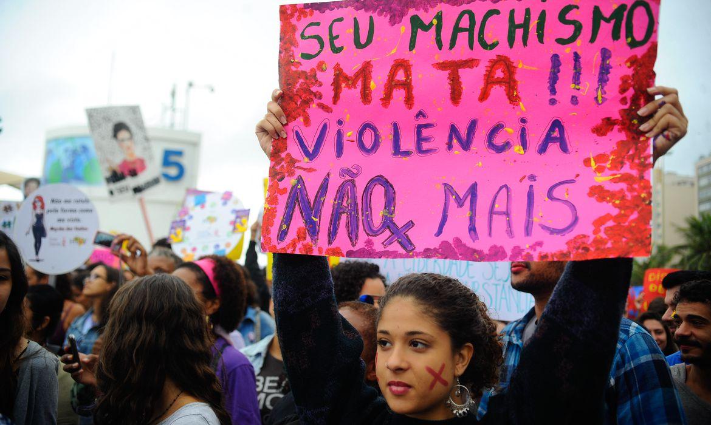 Ativistas defendem direitos das mulheres durante a Marcha das Vadias na Praia de Copacabana (Fernando Frazão/Agência Brasil)