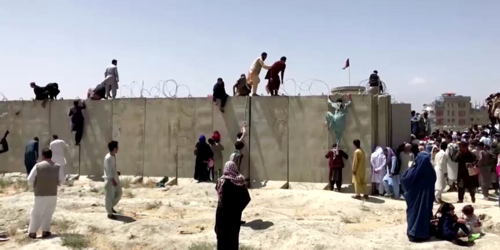 Tiros são ouvidos enquanto o Talibã controla afegãos do lado de fora do Aeroporto de Cabul