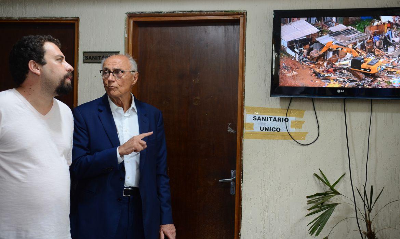 São Paulo - O líder do MTST, Guilherme Boulos e o vereador Eduardo Suplicy assistem cenas da reintegração de posse na 49ª DP de São Mateus, após ser detido durante a reintegração de posse do terreno (Rovena Rosa/Agência Brasil)