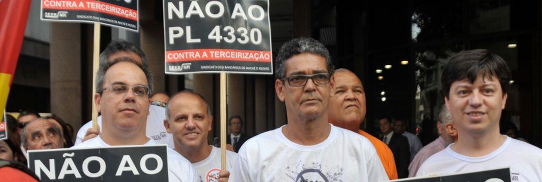 Centrais sindicais se uniram em uma manifestação hoje (6) contra o Projeto de Lei nº 4.330, que dispõe sobre a prestação de serviço terceirizado.