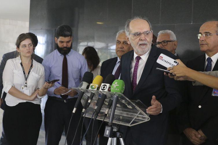 O presidente do Conselho Federal de Medicina (CFM), Carlos Vital, fala à imprensa, no Palácio do Planalto.