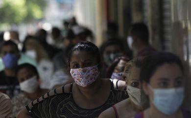 Moradores usam máscaras para se protegerem do novo coronavírus.