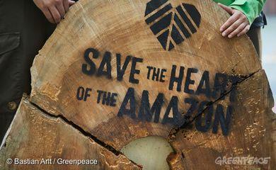 Greenpeace protesta na sede da Siemens