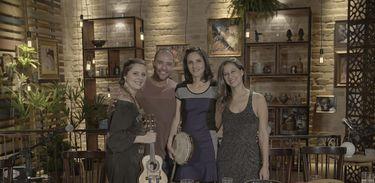 Diogo Nogueira recebe as sambistas Clarice Magalhães, Elisa Addor e Roberta Nistra