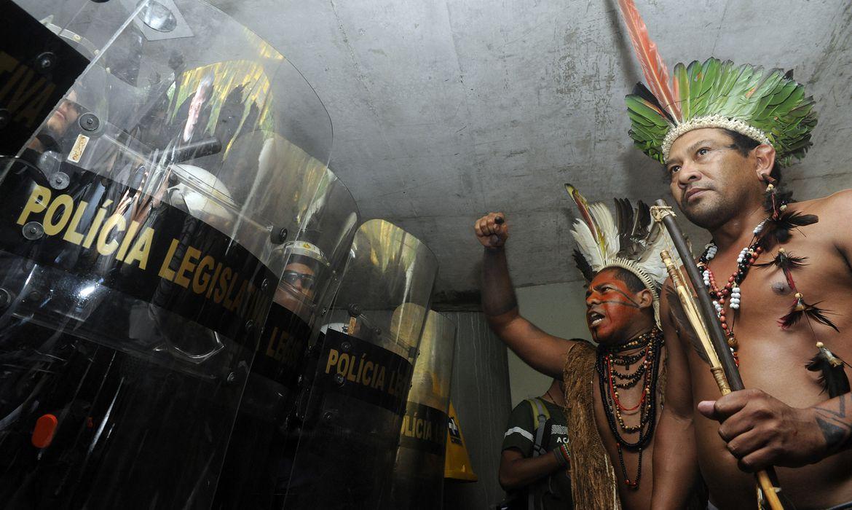 Índios tentaram invadir o Anexo 2 da Câmara dos Deputados, próximo à entrada que dá acesso às salas das comissões. Policiais conseguiram impedir a invasão (Gabriela Korossy / Câmara dos Deputados )