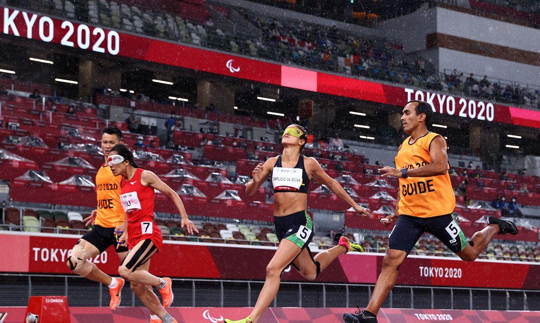 Thalita Simplício quase levou o ouro, mas acabou com a prata com uma diferença de milésimos nos 200 metros rasos, classe T11 na Tóquio 2020.