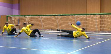 Atletas paralímpicos da seleção masculina treinam goalball