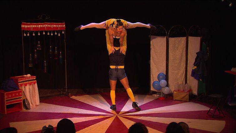 Espetáculo mistura várias linguagens para envolver o público
