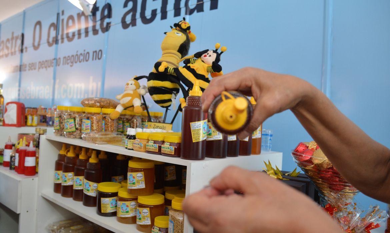 Brasília - Sebrae promove a campanha: Compre do Pequeno Negócio, durante o Mercado do Produtor Rural (José Cruz/Agência Brasil)