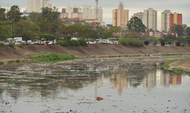 Acúmulo de lixo no rio Tietê, após chuva durante a manhã.